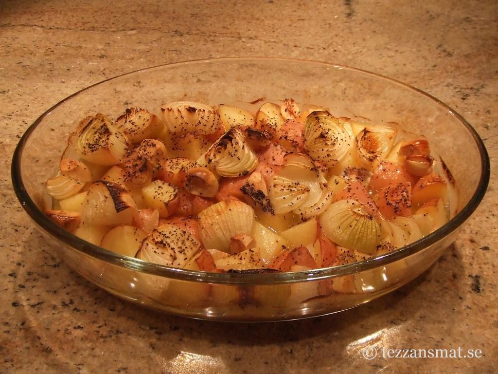 Ugnsbakad röd potatis, lök och vitlöksklyftor