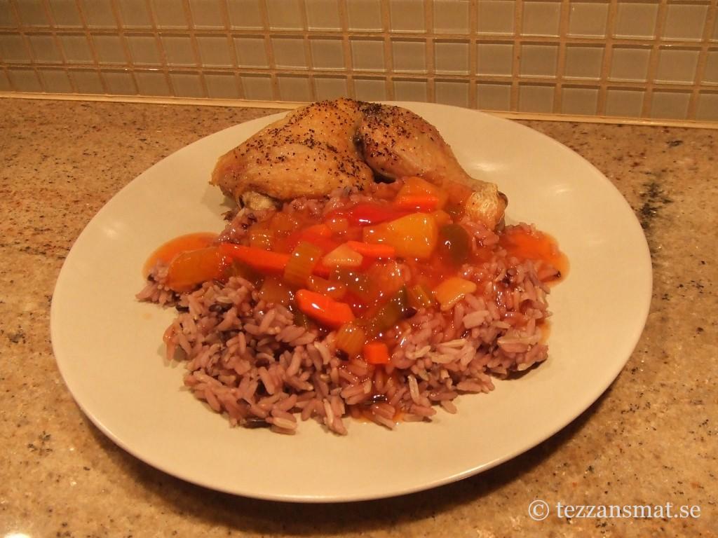 Kyckling med svart fullkornsris och sweet 'n sour sås