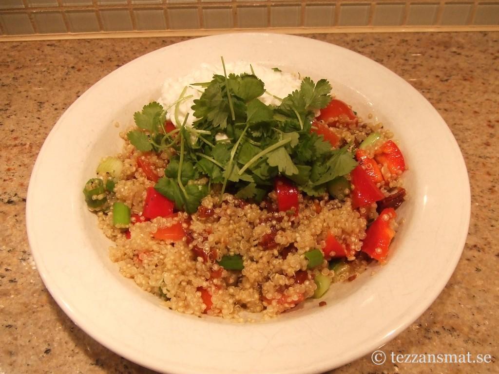 Quinoasallad med koriander och kesella